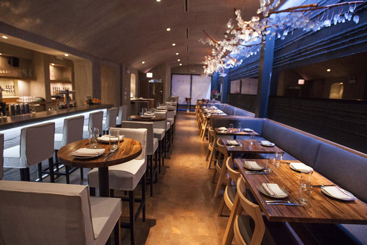 """<a href=""""http://chicago.eater.com/archives/2013/12/05/look-around-coppervine-now-open.php"""">Coppervine, Chicago</a>"""
