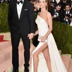 It's always fun to watch Jason Statham use stairs to distract from the fact that he's a good several inches shorter than his fiancée, Rosie Huntington-Whiteley. It's like Ryan Atwood and Marissa Cooper 2.0.