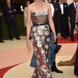 Naomi Watts wears a Burberry gown.