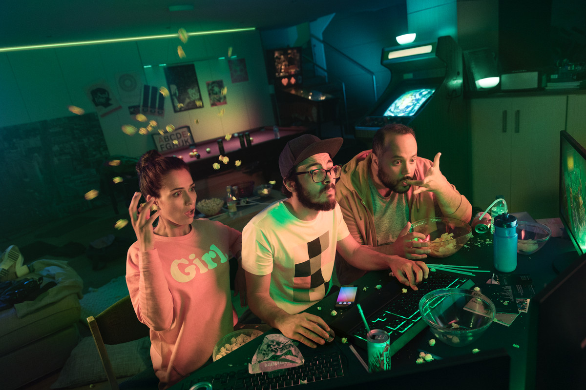Philips Hue, Razer Chroma turn gaming rooms into colorful warzones