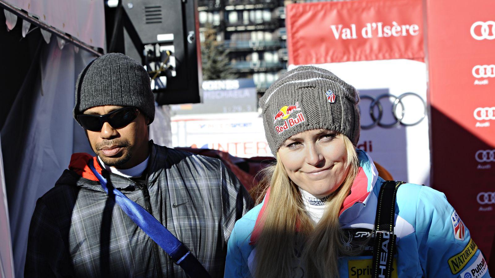 老虎伍兹在练习中休息,观看科罗拉多州的Lindsey Vonn滑雪