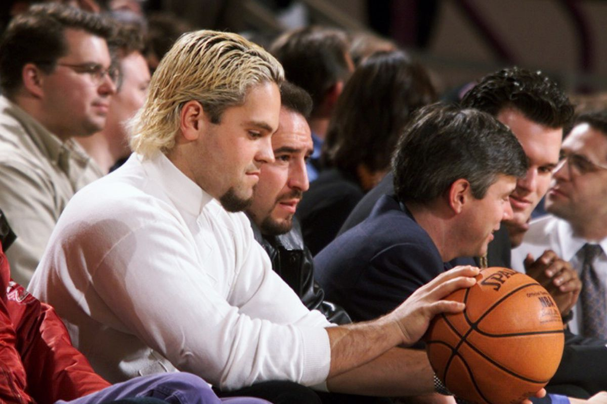 Sporting a blond hairdo, New York Mets' catcher Mike Piazza