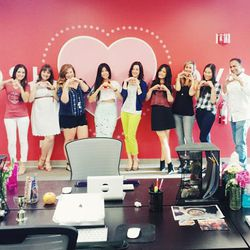 """""""Before arriving in San Francisco, I stopped by the <a href=""""https://poshmark.com/"""">Poshmark</a> headquarters in Menlo Park to visit the team and to host a live #poshparty. We couldn't pass up the chance to take a group photo in front of one of their supe"""