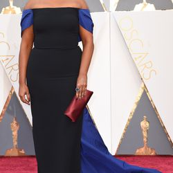 Mindy Kaling wears an Elizabeth Kennedy dress — the designer's first time on the Oscars red carpet — and a Prada clutch. Photo: VALERIE MACON/Getty Images