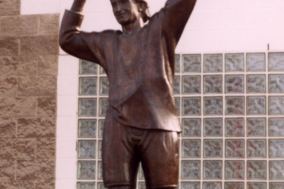 """Without the WHA this statue would almost certainly be outside another NHL arena. Photo via <a href=""""http://commons.wikimedia.org/wiki/File:Gretzky_statue.jpg"""" target=""""new"""">Wikimedia Commons</a>."""