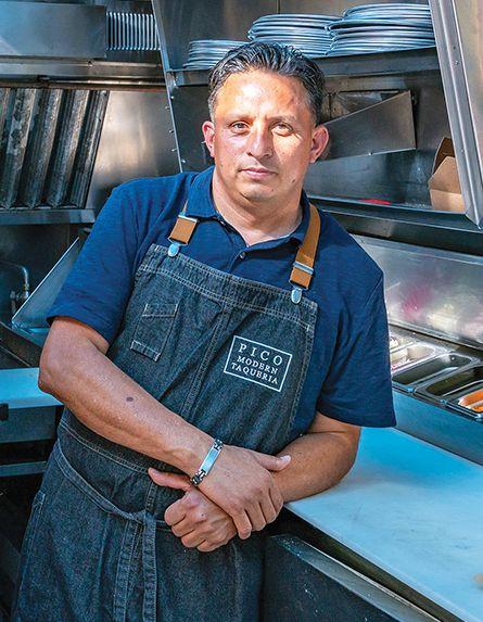 El chef Alex Soto se apoya en una estufa en la cocina