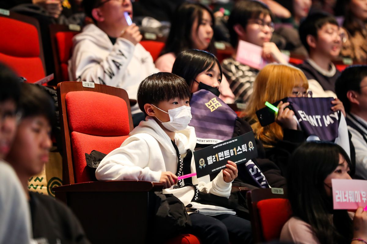Overwatch Contenders - A young fan watches the Season 3 finale in South Korea.