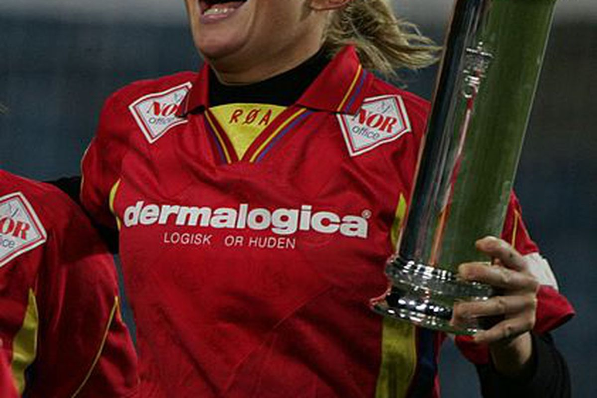 Former Bull Kristine Edner winning a trophy with her Norwegian club Røa. And yes, I had to drag and drop to get the ø thing right.