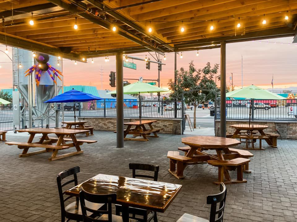 A patio at a brewery