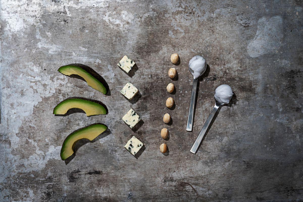 Avocats, fromage, noix, huile de noix de coco.