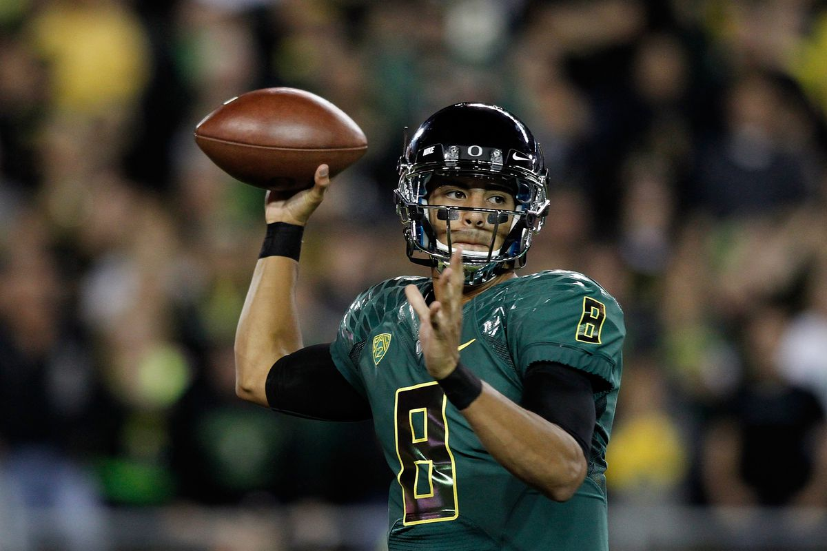 EUGENE, OR - SEPTEMBER 22:  Quarterback Marcus Mariota #8 of the Oregon Ducks throws a pass against  the Arizona Wildcats on September 22, 2012 at the Autzen Stadium in Eugene, Oregon.  (Photo by Jonathan Ferrey/Getty Images)