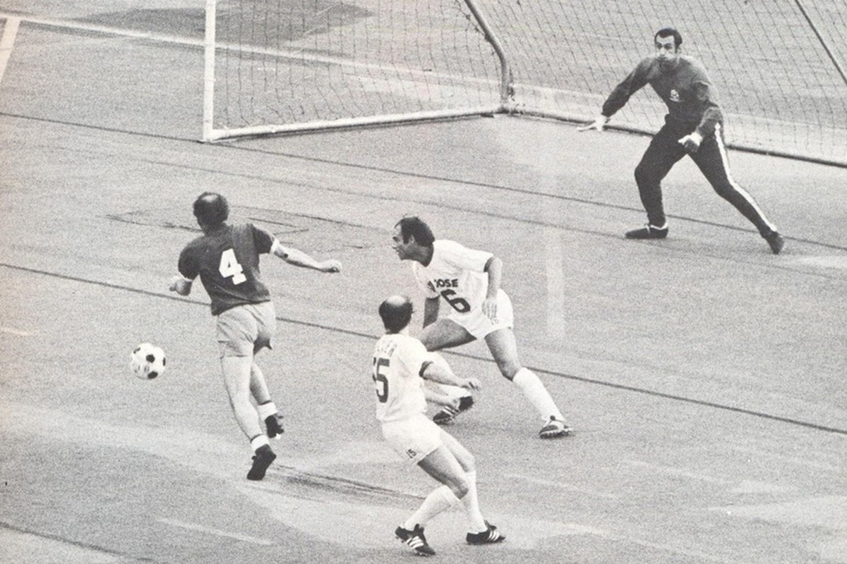Seattle's Willie Penman (4) gets a look at goal in the inaugural meeting with San Jose.