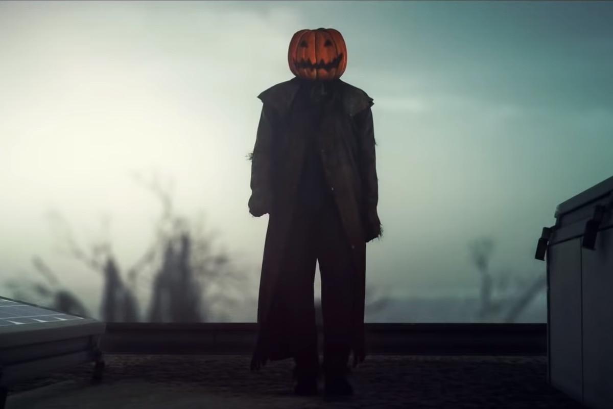 Agent 47 as a creepy pumpkin man in Hitman 2