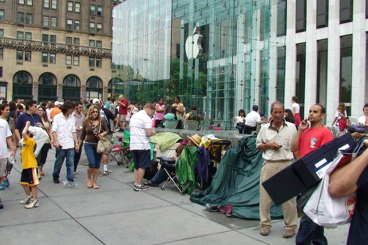 Customers queue up outside Apple's flagship Fifth Avenue store in New York City on July 5, 2008, prior to the release of the iPhone 3G.
