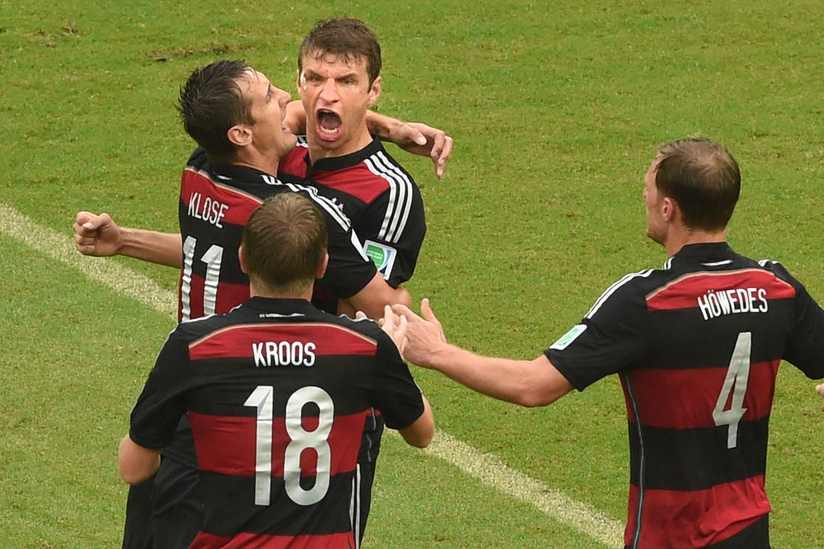 World Cup 2014 - USA - Germany Thomas Mueller (top) of Germany celebrates with Miroslav Klose (L), ToniKroos (bottom) and Benedikt Hoewedes (R) after scoring the 0-1 during the FIFA World Cup group G preliminary round match between the USA and Germany at the Arena Pernambuco in Recife, Brazil, 26 June 2014. Photo: Andreas Gebert/dpa (RESTRICTIONS APPLY: Editorial Use Only, not used in association with any commercial entity - Images must not be used in any form of alert service or push service of any kind including via mobile alert services, downloads to mobile devices or MMS messaging - Images must appear as still images and must not emulate match action video footage - No alteration is made to, and no text or image is superimposed over, any published image which: (a) intentionally obscures or removes a sponsor identification image; or (b) adds or overlays the commercial identification of any third party which is not officially associated with the FIFA World Cup) EDITORIAL USE ONLY   usage worldwide