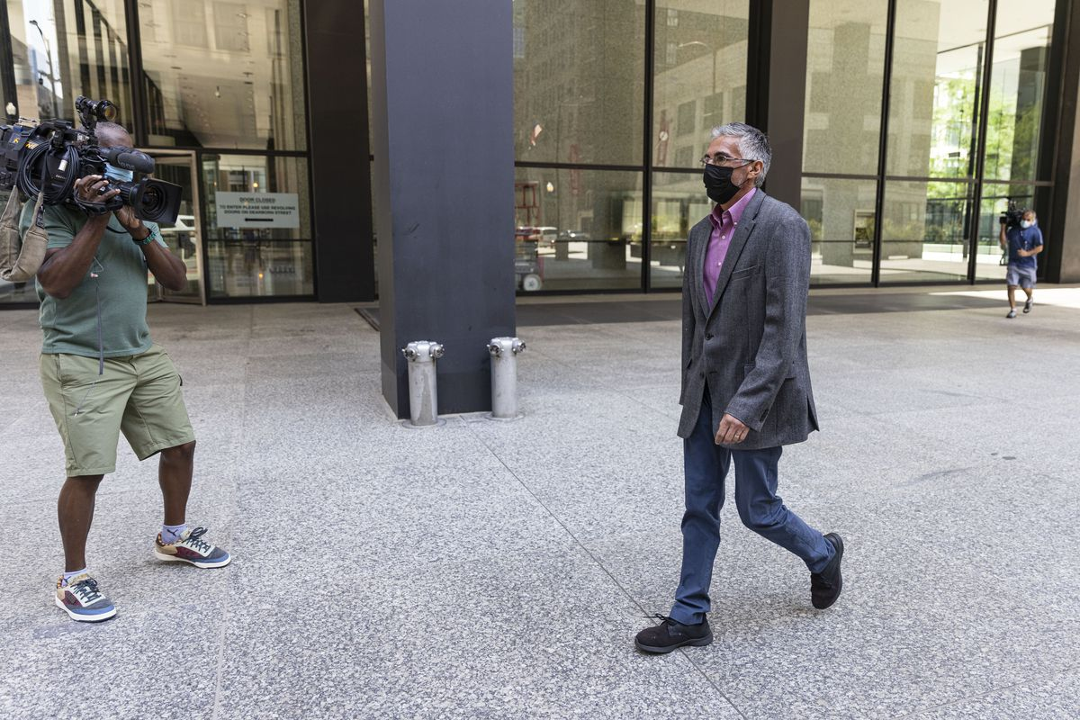 Former Ald. Ricardo Munoz walks out of the Dirksen Federal Courthouse at 219 S Dearborn St after his hearing in which he plead guilty Monday, Sept. 27, 2021.