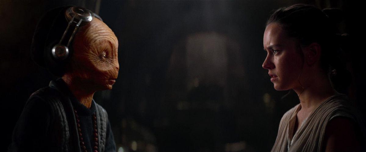 Maz Kanata (Lupita N'yongo) and Rey (Daisy Ridley) talk, in Star Wars: The Force Awakens.