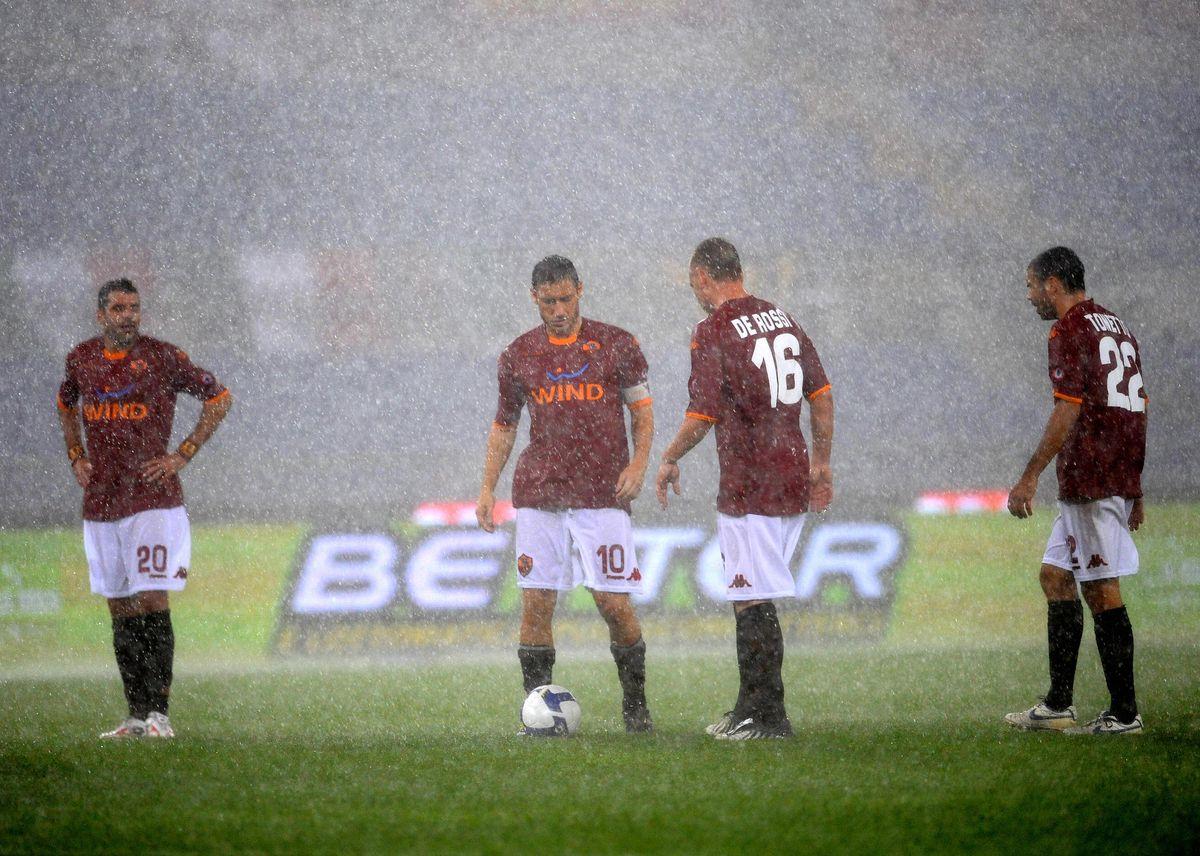 AS Roma's midfielder Simone Perrotta (L)