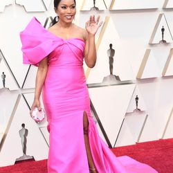 Angela Bassett in her pink Reem Acra gown on the Oscar Red Carpet. | Frazer Harrison/Getty Images