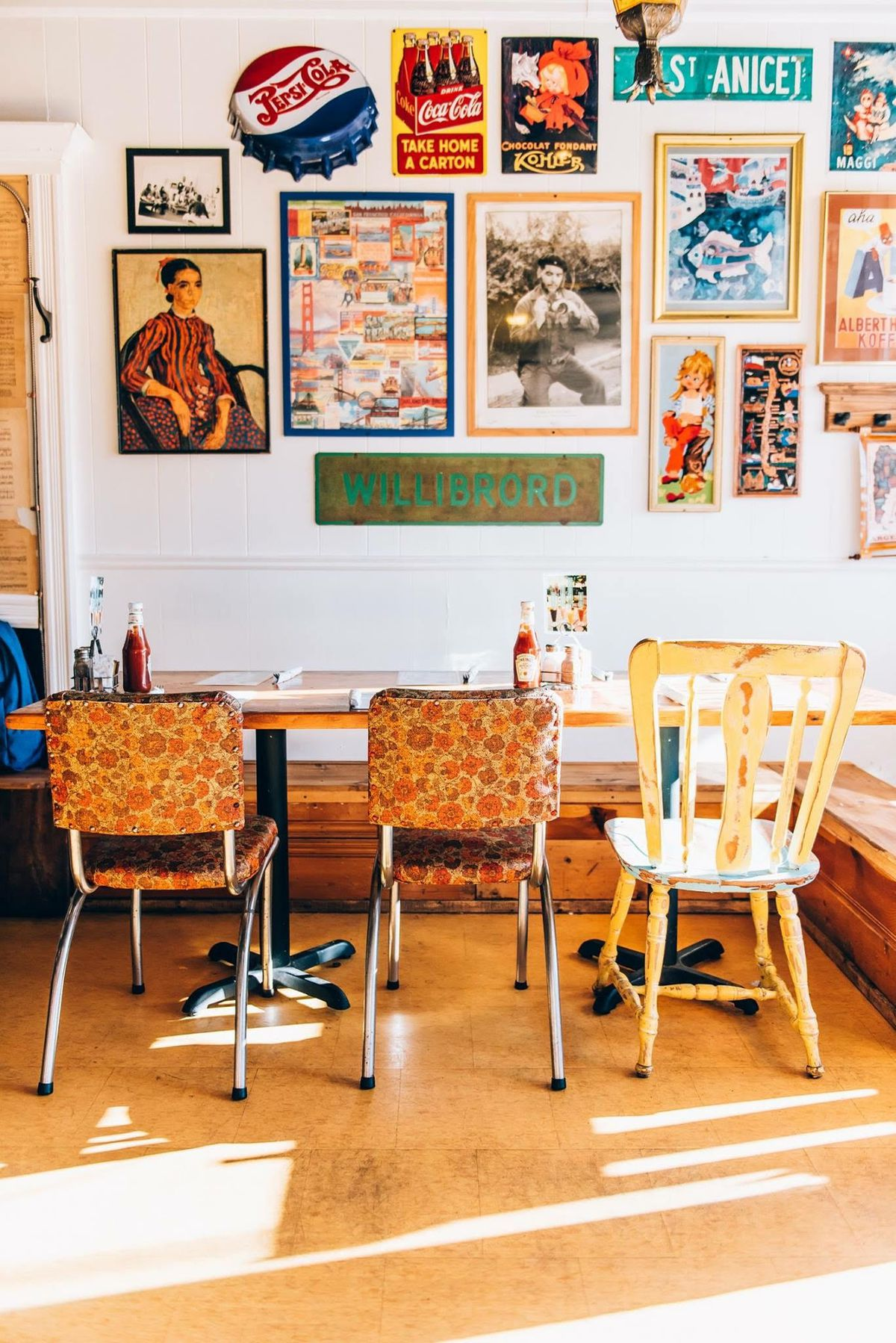 Vintage chairs, tables and wall decorations at Bagel St-Lo.