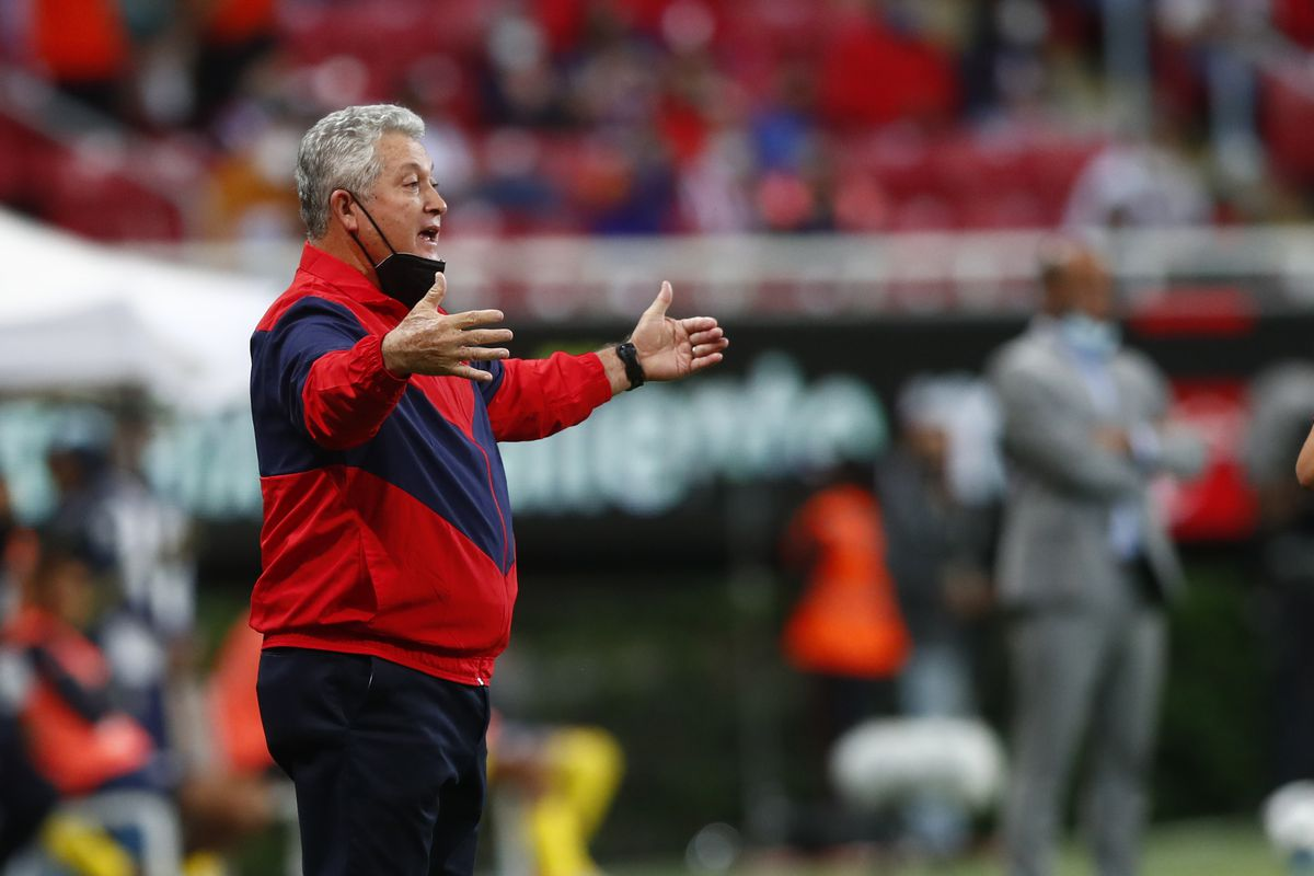 Coach Víctor Manuel Vucetich is on the hot seat after a slow start to the season for Chivas.