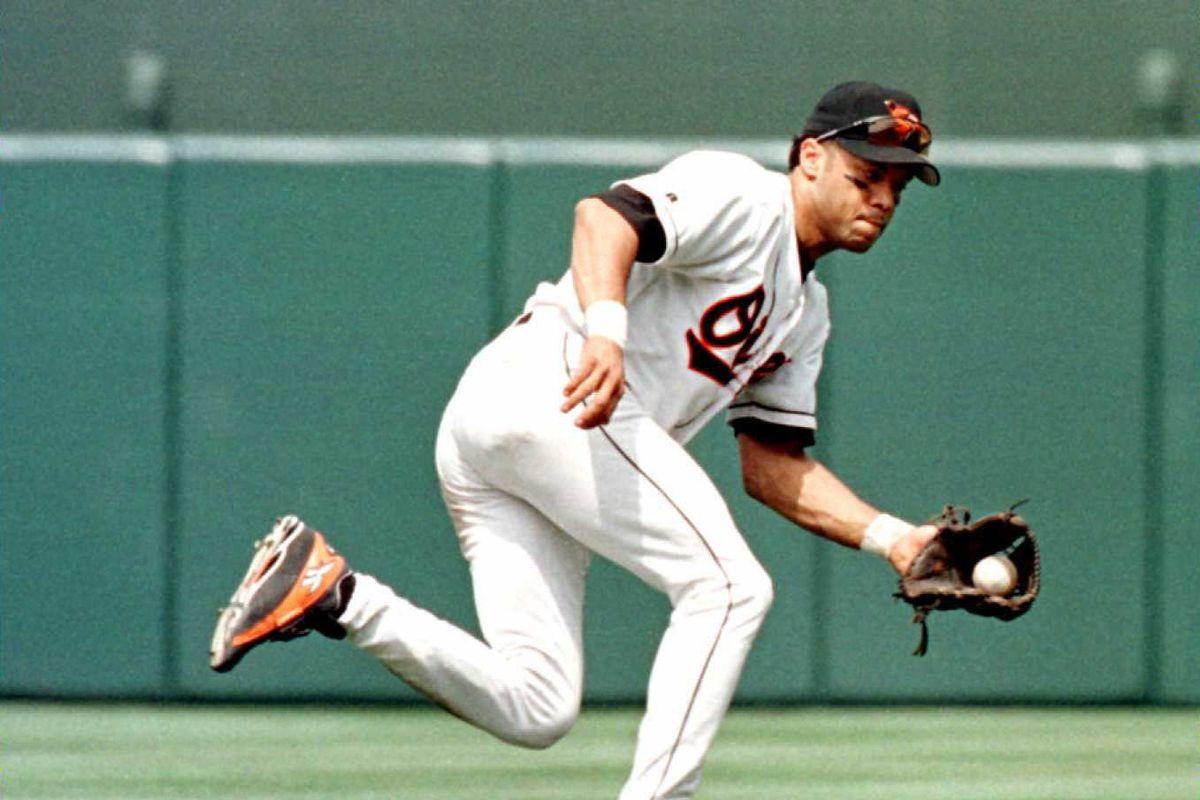 Baltimore Orioles second baseman Roberto Alomar sn