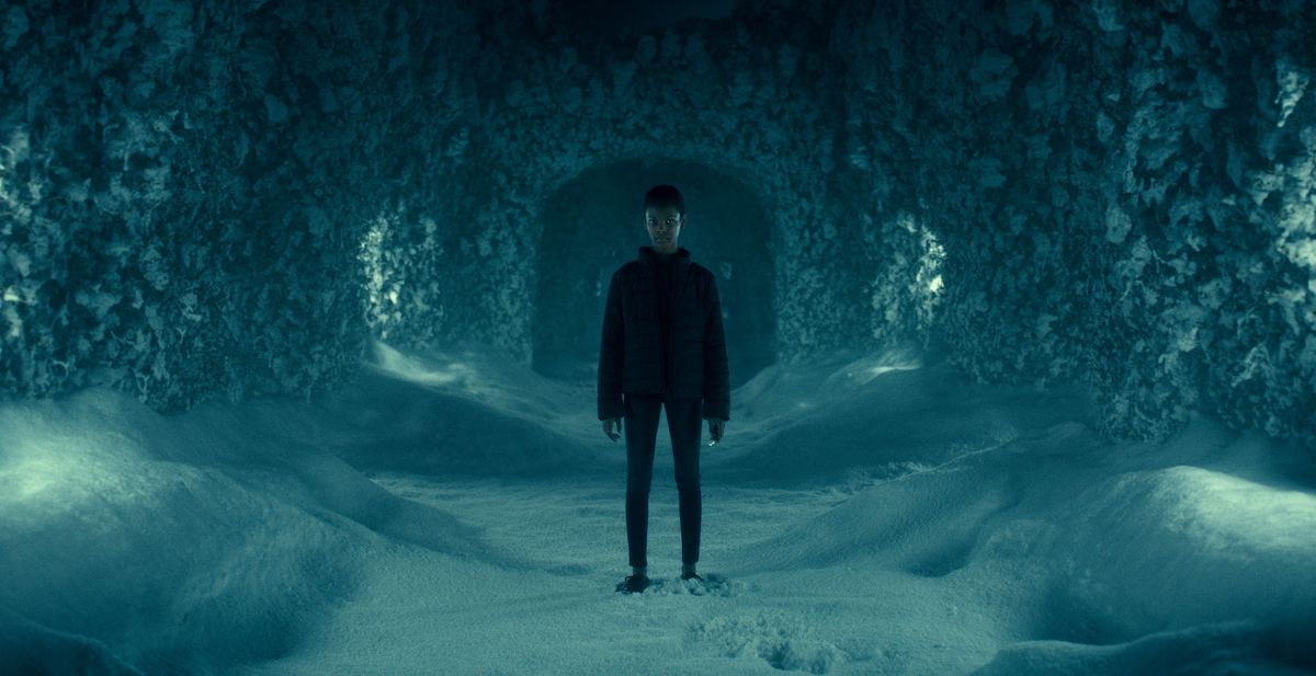 Abra stands in The Shining's hedge maze that Danny creates in his mind in Doctor Sleep