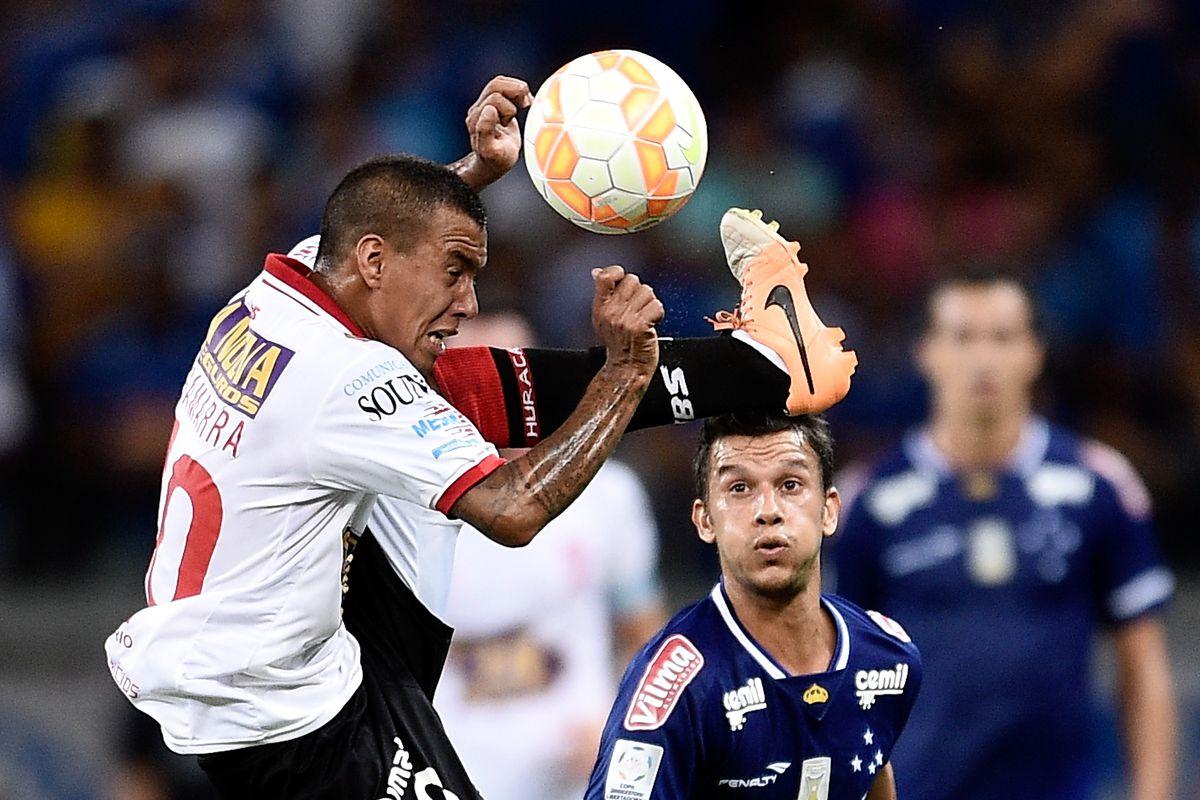 Cruzeiro v Huracan - Copa Bridgestone Libertadores 2015