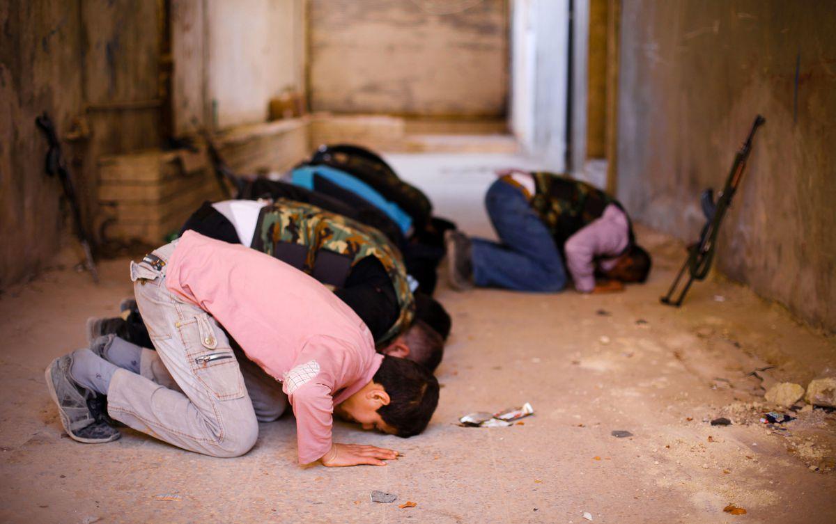 FSA rebels praying