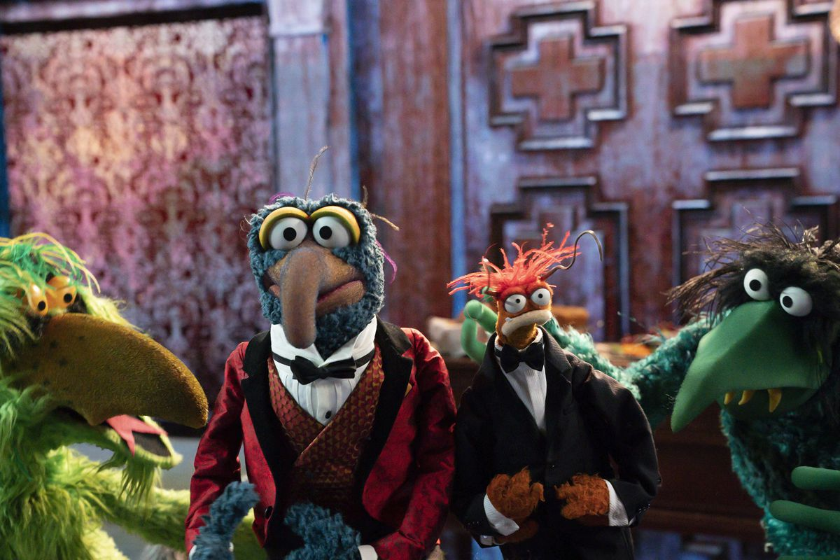 gonzo and pepe and some other muppets in muppets haunted mansion
