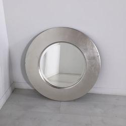 "<a href=""https://www.moveloot.com/shop/decor/mirrors/43355-sleek-silver-wall-mirror"">Sleek Silver Wall Mirror</a>"