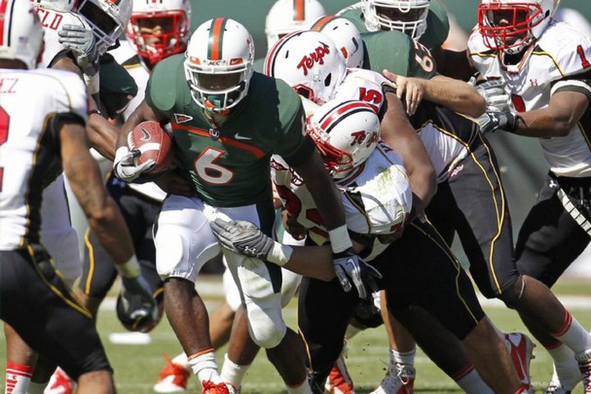 Hey, look, another first down on the ground. (AP Photo/Miami Herald, Al Diaz)