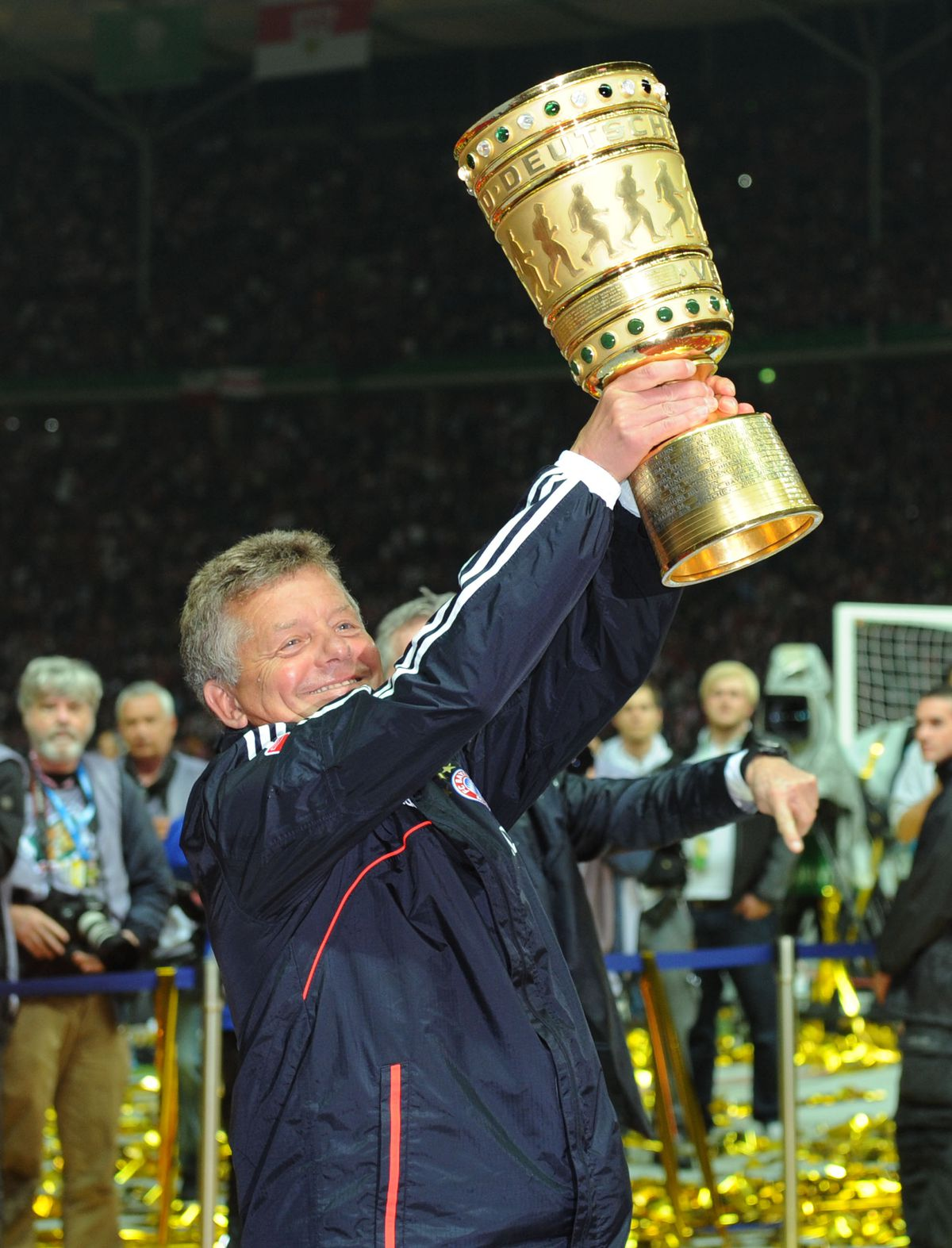 DFB Pokalfinale, FC Bayern München - VfB Stuttgart (GERMANY OUT) Fussball, Saison 2012-2013, DFB-Pokal, Finale in Berlin, FC Bayern München - VfB Stuttgart 3-2, Co-Trainer Peter Hermann (Bayern München) mit dem Pokal.