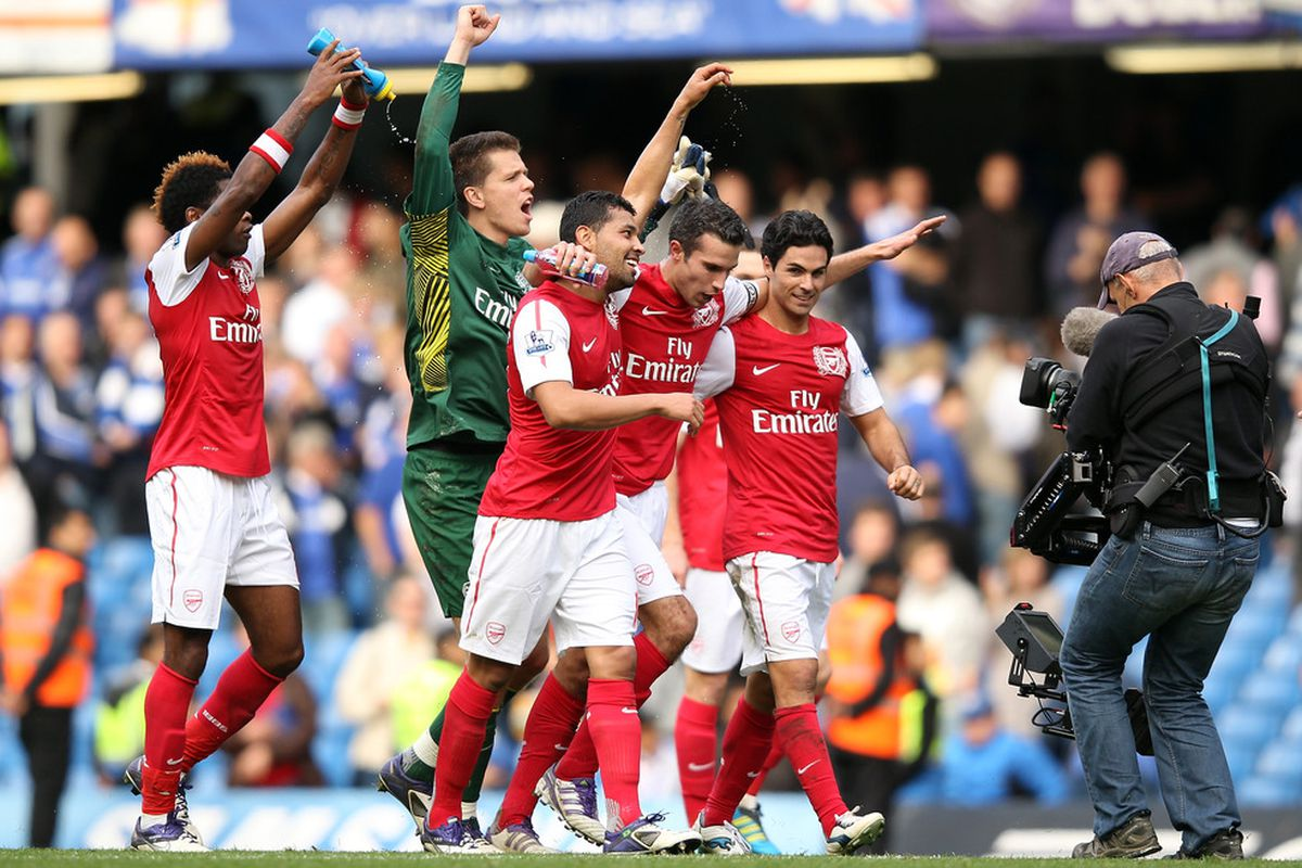 LONDON, ENGLAND - OCTOBER 29:  Arsenal players celebrate after they won the Barclays Premier League match against Chelsea at Stamford Bridge on October 29, 2011 in London, England. Arsenal won 5-3.  (Photo by Ian Walton/Getty Images)