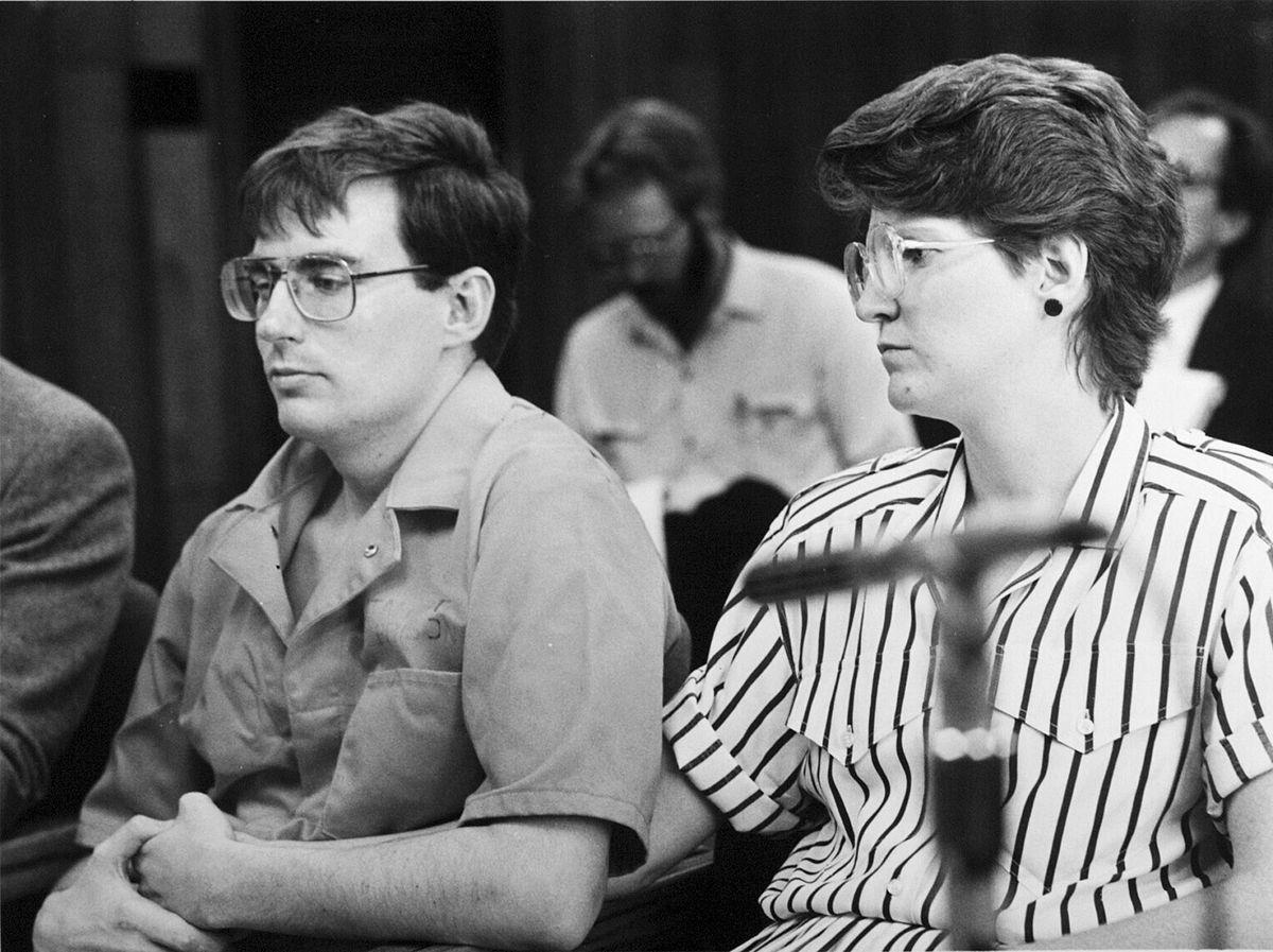 Mark Hofmann, à gauche, et sa femme Dorie assistent à une audience du Conseil des grâces en janvier 1988 avant leur divorce.