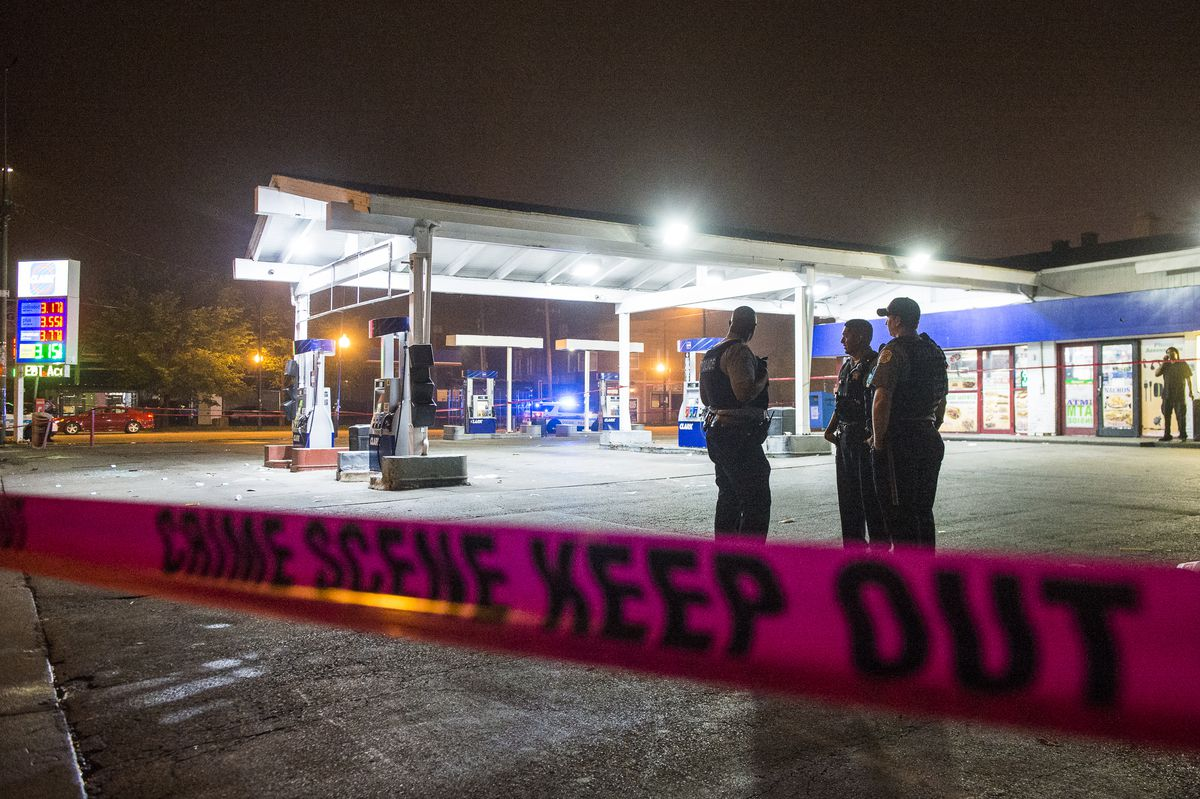 Police investigate a shooting Sunday morning near the 1900 block of West Garfield Blvd at a Clark Gas Station. | Tyler LaRiviere/Sun-Times