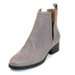 "<span class=""credit""><b>Jeffrey Campbell</b> Oriely Boot at <b>Thom Brown</b>, <a href=""http://www.thombrown.com/women/Women-Boots-Booties/TMB03831-Oriley-Grey#.UjoBm2TXjfh"">$179.99</a></span><p>"