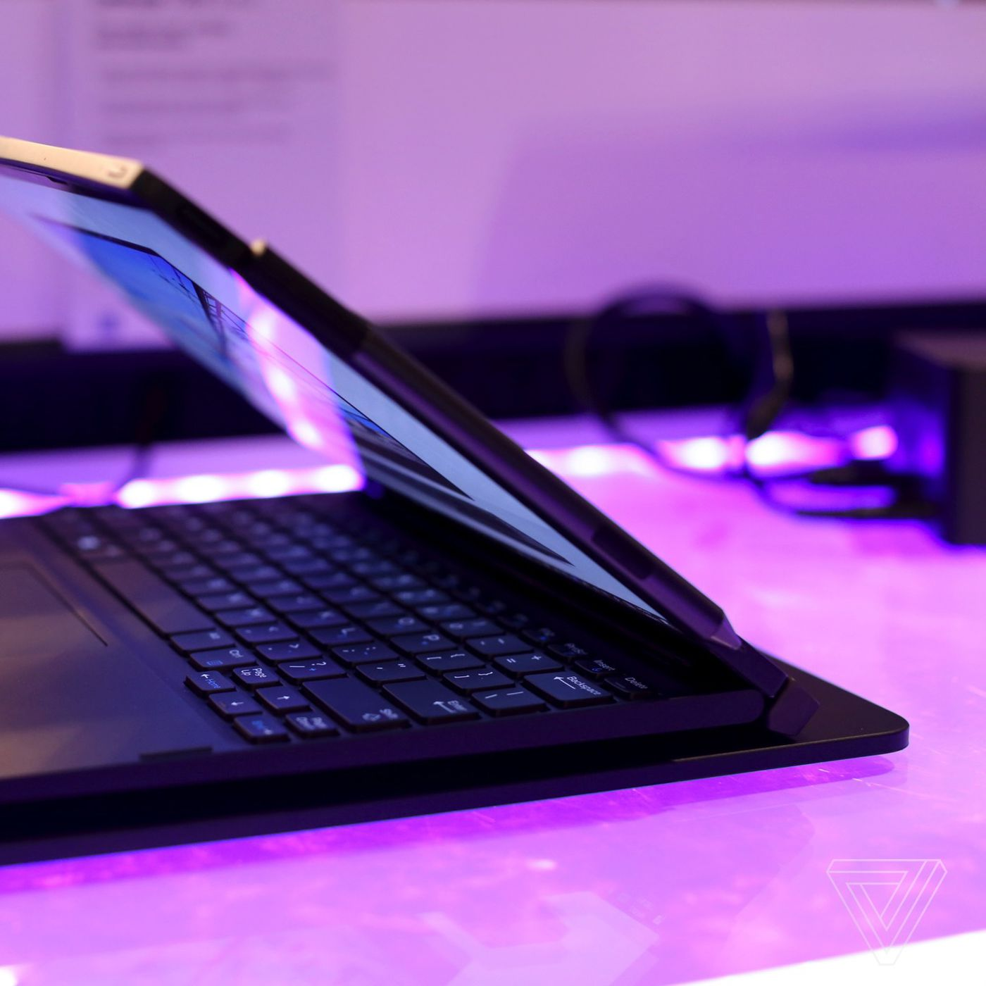 This Dell 2-in-1 laptop can wirelessly charge through its keyboard