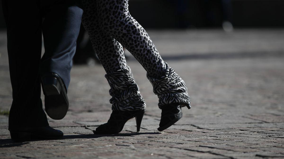 En Buenos Aires, una pareja baila un tango al aire libre durante las cerraduras de infección por COVID-19.
