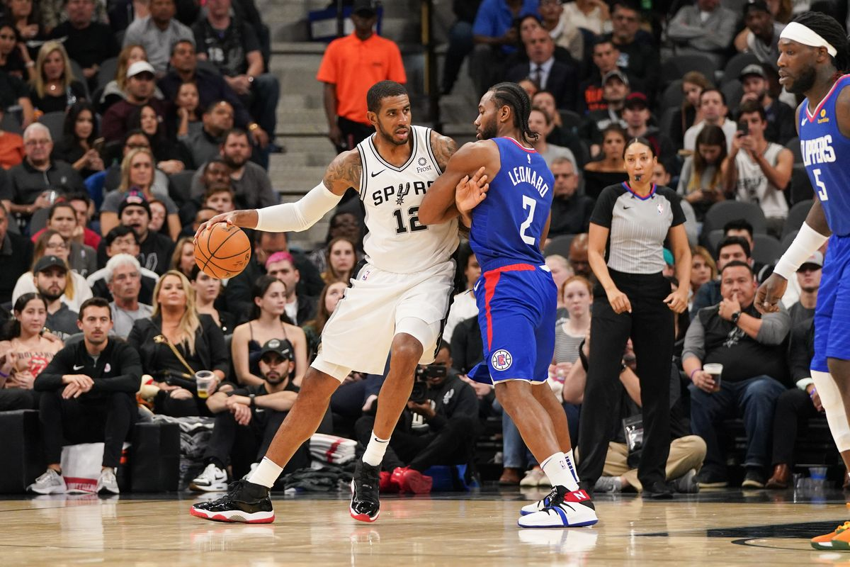 San Antonio Spurs center LaMarcus Aldridge battles for position with LA Clippers forward Kawhi Leonard during the second half at the AT&T Center.