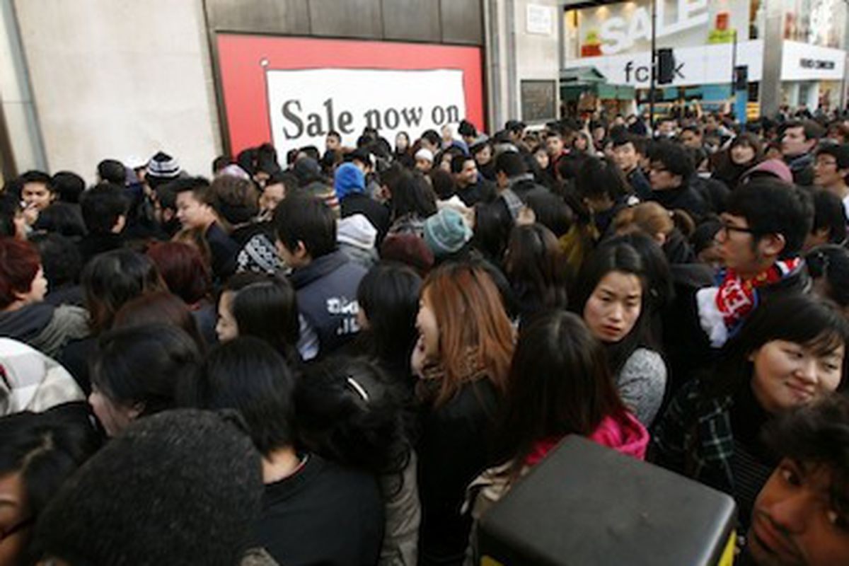 """Boxing Day outside Selfridges in 2008, via <a href=""""http://www.dailymail.co.uk/news/article-1101947/What-credit-crunch-Sales-frenzy-grips-Britain-bargain-hunters-queue-2am.html"""">Daily Mail</a>"""
