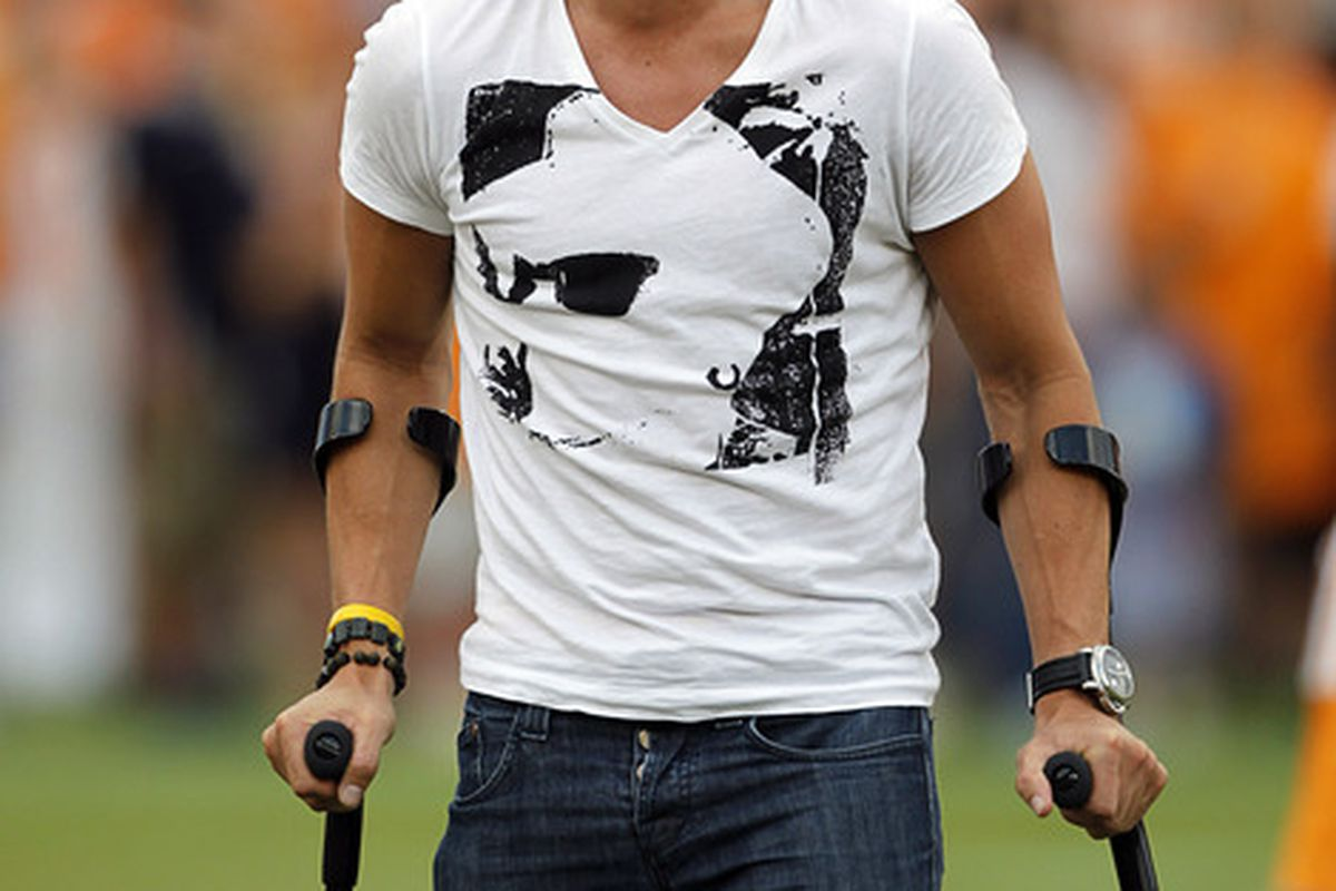 He can even rock crutches.
