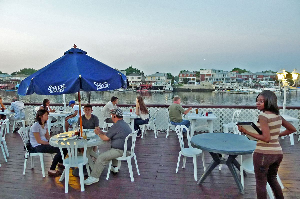 Waterfront restaurants in nyc to feel like you 39 re outside for Nick s fish house menu