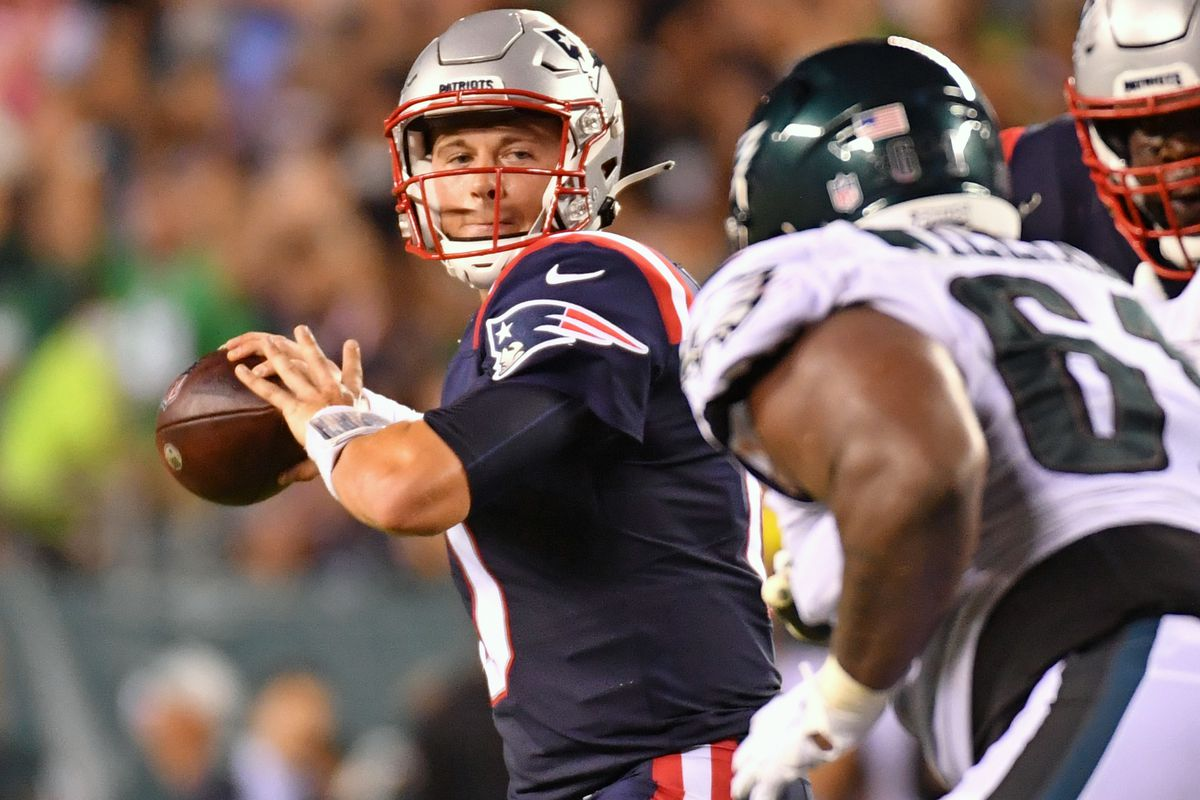 New England Patriots quarterback Mac Jones (10) throws a pass against the Philadelphia Eagles during the fourth quarter at Lincoln Financial Field.