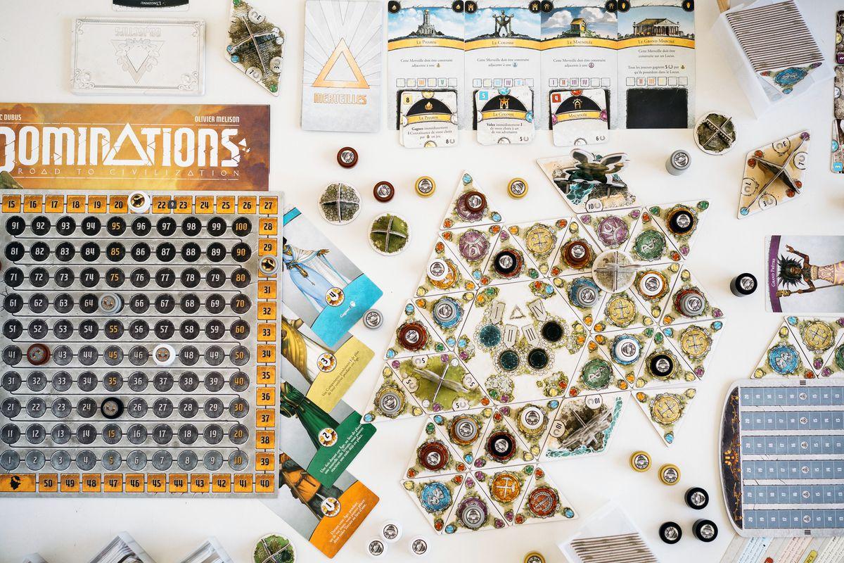 Des dominations s'installent sur la table pour commencer un tour de jeu.