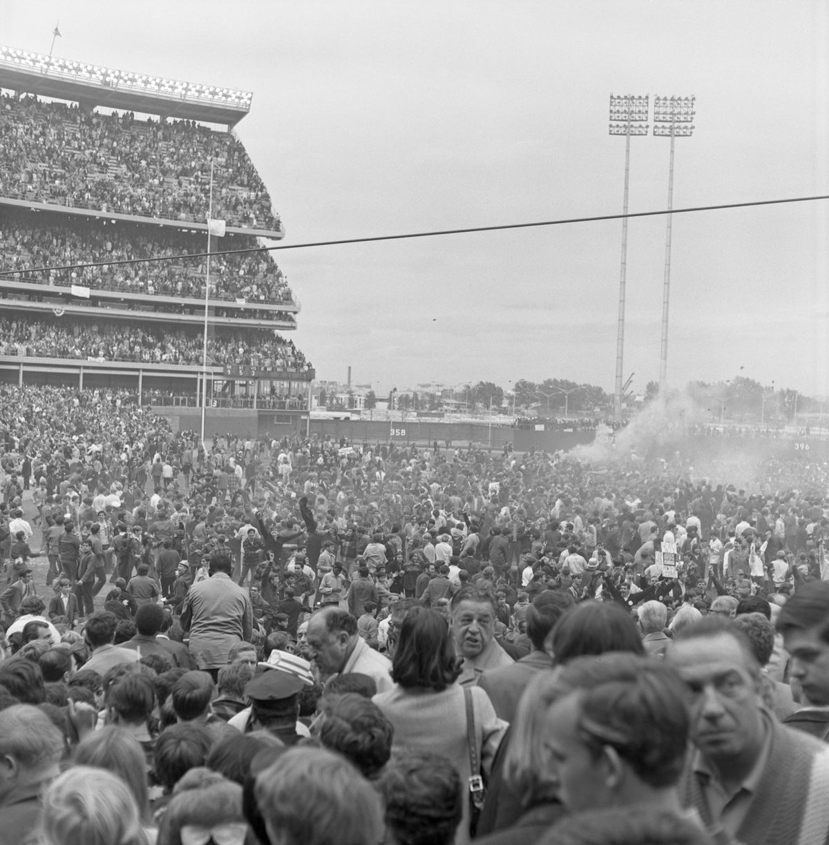 NY Mets Win 1969 World Series - 1000s Of Fans Storm The Field