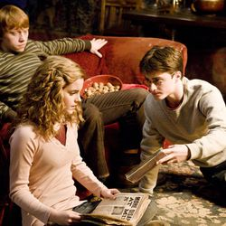 """HP6D-04117(L-r) EMMA WATSON as Hermione Granger, RUPERT GRINT as Ron Weasley and DANIEL RADCLIFFE as Harry Potter in Warner Bros. Pictures' fantasy adventure """"Harry Potter and the Half-Blood Prince."""""""