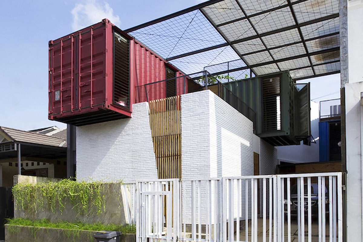"""All photos by Teddy Yunantha via <a href=""""http://www.archdaily.com/770703/container-for-urban-living-atelier-riri"""">ArchDaily</a>"""