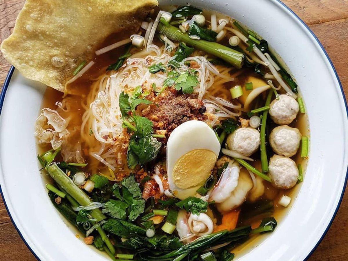A bowl of kuay tiaw noodles.
