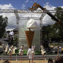 """Photo: <a href=""""http://www.dailymail.co.uk/news/article-2167197/Heston-Blumenthal-unveils-worlds-largest-ice-cream.html?ITO=1490"""">Adam Gray / SWNS</A>"""